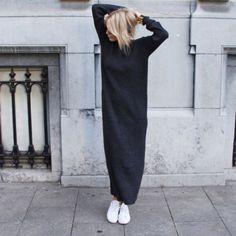 Que sea largo y de una tela gruesa que te aleje del frío.   16 Consejos de moda para usar tus vestidos cuando hace frío