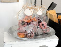 Sytykeruusut - Kananmunakennosta ja kynttilänpätkistä käsityönä valmistettu sytykeruusu sytyttää kosteatkin takkapuut helposti. Polttopuiden kanssa pesään asetettu sytykeruusu palaa noin 5 minuuttia sytyttäen samalla viereiset puut.  Näitä on tullut tehtyä...