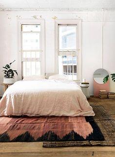 Färg är mer aktuellt än någonsin när vi nu börjat släppa på de vita väggarna. Men färg kan vara knepigt. Därför kommer här ett helt inlägg om hur du kan tänka f