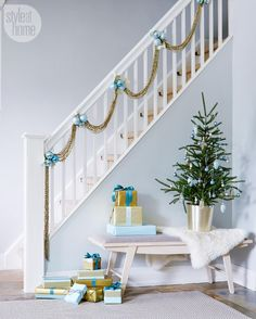 House tour: Timeless and modern Christmas - Style At Home--pretty holiday staircase decoration Modern Christmas, Christmas Fashion, Blue Christmas, Simple Christmas, Christmas Home, Christmas Tables, Coastal Christmas, Christmas Morning, Christmas Holidays