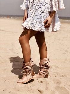 Indianini Ibiza in Vera Pelle Cipria con Fibbie KikkiLine Bohemian Boots, Boho Shoes, Boho Hippie, Ibiza Fashion, Clothes For Women, How To Wear, Outfits, Slay, Diana