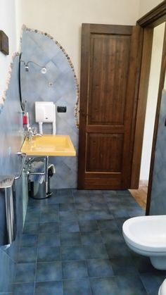 Bagno camera tripla Pegaso www.borgosanmartino.eu Toilet, Cabinet, Bathroom, Storage, Furniture, Home Decor, Self, Clothes Stand, Washroom