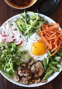 Quinoa Bibimbap (Korean Mixed Veggies Quinoa Bowl) leave our egg for vegan version Easy Asian Recipes, Easy Soup Recipes, Vegetarian Recipes, Healthy Recipes, Healthy Meals, Veggie Quinoa Bowl, Plats Healthy, Quick And Easy Soup, Clean Eating