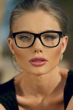 224d27c79199f Resultado de imagem para oculos vermelho de grau para rosto oval Oculos De  Sol, Maquilhagem