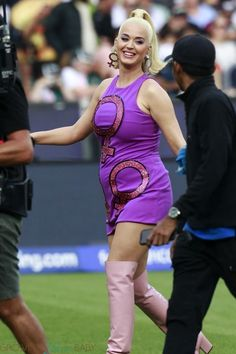 Pregnant Katy Perry shows off her baby bump at the ICC Women's Cricket World Cup Final in Melbourne - Growing Your Baby Katy Perry Pregnant, Impossible Burger, Katy Perry Photos, Pregnancy Cravings, Pregnant Celebrities, Expecting Baby, Pop Singers, Gal Gadot, Supermodels
