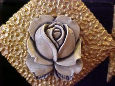 https://www.ebay.com/itm/Vintage-Hair-Clip-MADE-IN-FRANCE-Acrylic-Rose-Center-Gold-T-Metal-Gray/362274528480?hash=item54593e9ce0:g:5s0AAOSwiYlaCKu1