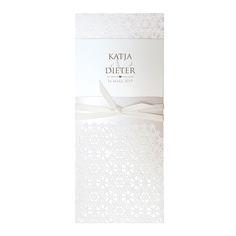 Elegante, stilvolle Hochzeitseinladung mit fühlbarem Muster und dazu passendem zarten Bändchen.