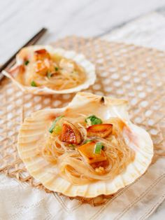 King Oyster Mushrooms with Garlicky Glass Noodles (The Woks of Life) Soup Recipes, Vegan Recipes, Seafood Recipes, Delicious Recipes, Easy Recipes, Dinner Recipes, Chinese Bbq Pork, Chinese Food, Chinese Recipes
