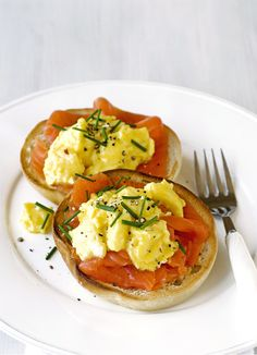 Bored of cornflakes? Get up 15 minutes earlier and try our best breakfast recipe: smoked trout on toasted bagels, topped with scrambled eggs and chive. Sure to keep you satisfied until lunch!