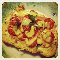Comida de final de tarde: Pão italiano com  requeijão,pesto, blanket, tomate cereja, lascas de queijo parmesão e manjericão. Chez moi