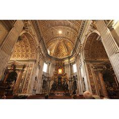 성 베드로 대성당(산 피에트로 대성당) 상하좌우 모두 대칭으로 이루어진 성당 세계에서 가장 큰 성당이고 이보다 더 크게 만들수 없게 정했다. 해질녘이 되면 간운데 타원형의 창문으로 빛이 들어와 하얗게 된다. 천국을 모티브로 만든 건물이라 그런지 빛이 영롱하게 들어와서 마음이 편해지는 그런 성당이였다. #성베드로성당 #성베드로대성당 #바티칸 #로마 #이탈리아 #basilica #vatican #rome #italy by monhar
