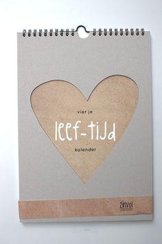 Vier je eigen feestje met de Zinvol Jaarkalender! Houdbaarheidsdatum: zoveel jaren als jij wilt. Formaat en vormgeving: A4 – formaat, kartonnen hart-omhulsel, voorblad, twaalf pagina's, achterblad met tasje. Gemaakt van dik ongestreken crèmekleurig FSC papier. Inhoud: een aantal dagen zijn versierd met een tekst die betrekking hebben op de betreffende dag, zoals onder andere Valentijnsdag,...
