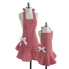 How cute are these mother daughter aprons!