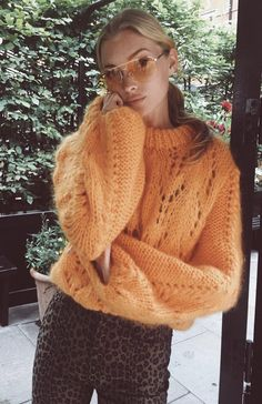 Adding the comfortable factor into street style, sweaters are among the most well-known fashions to wear. Elsa Hosk, Street Style Inspiration, Mode Inspiration, Outfits Otoño, Fashion Outfits, Fashion Trends, Fashion Tips, Love Fashion, Winter Fashion