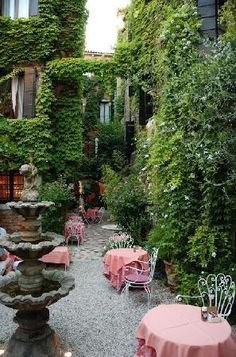 Hotel Flora - Veneza.  Perhaps my favorite courtyard on earth.
