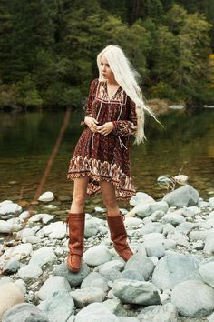 10 Tips To Add Some Bohemian Style Into Your Wardrobe - Tips to add that bohemian style into your wardrobe. Boho outfit ideas with tribal prints, patterns and accessories to complete the cute boho look! SEE DETAILS. Look Hippie Chic, Estilo Hippie Chic, Look Boho, Gypsy Style, Hippie Style, Bohemian Style, Boho Chic, Bohemian Clothing, Bohemian Fashion