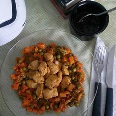 Almocinho pós legday destruidor que o namorado fez pra mim (de novo) . Almoço - legumes feijão ervilha e frango . . .  #goodafternoon #almoço #legday #postreino #fit #fitness #foconadieta #foco #legday #umdiadecadavez #maispertoqueontem #healthy #healthylifestyle #comidadeverdade  #comidasaudavel #saude #lowcarb #dieta #diet #proteina #força #vidasaudavel #gym #determination #health #diarioalimentar #reeducacaoalimentar by sarah.domingues