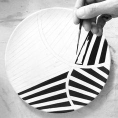 Most recent Photographs Ceramics plates sgraffito Suggestions @ quejlaverga Painted Ceramic Plates, Hand Painted Ceramics, Ceramic Painting, Ceramic Pottery, Ceramic Art, Pottery Painting Designs, Paint Designs, Sgraffito, Sculptures Céramiques
