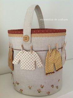 """Cuando vi esta bolsa para guardar las pinzas de la ropa, (un diseño de """"L'agulla labors""""), me pareció de lo más graciosa por lo que compré los patrones y en un cajón quedaron guardados a la espera de"""