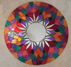 ME PREGUNTAN SOBRE ARREGLOS DE PAGO ***  NUEVOS RELOJES MOSAICOS Y APLIQUES DE PARED MUY PRONTO... ESTAD ATENTOS ***  Por favor visite mi nuevo Fanpage para ver mi obra vendida http://www.facebook.com/pages/Spoiled-Rockin-Mosaics/119184758160828  Este es un espejo de mosaico hecho a mano, corte de mano todos. Se trata de un total de 23,5 circular... Tiene un espejo circular en el centro con freehand corte pétalos. Esta pieza está llena de tonos joya brillante y colorido y sería una adición…