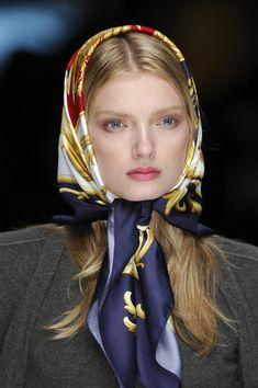 Iranian Women Fashion, Russian Fashion, Turbans, Headscarves, Head Scarf Styles, Hair Styles, Ideas Emprendedoras, Classy And Fab, Head Scarf Tying