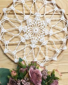 Crochet Dreamcatcher Pattern, Tapestry Crochet, Crochet Mandela, Home Crafts, Diy Crafts, Crochet Squares Afghan, Feather Dream Catcher, Macrame Design, Macrame Tutorial