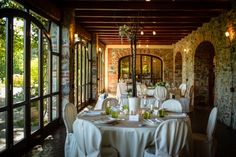 Tenuta Villa Quassa | Interni Wedding Locations, Table Settings, Curtains, Home Decor, Blinds, Decoration Home, Room Decor, Table Top Decorations, Interior Design