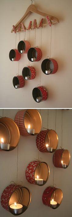 Suspension lumineuse de bougies led faite avec des petites boites de conserve recouvertes de papier suspendues à un cintre en bois par de la ficelle et des pinces à linge - tutoriel