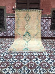 Tapis vintage marocain tapis fait main tapis Boujaad tapis | Etsy Moroccan Berber Rug, Tribal Patterns, Ancient Symbols, Loom Weaving, Sheep Wool, Glyphs, Geometric Designs, Vintage Rugs, Carpet