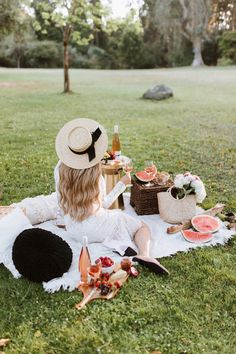 Chloe Wine Collection Rosé Picnic in Golden Gate Park - The City Blonde Picnic Date, Beach Picnic, Summer Picnic, Picnic Photography, Photography Poses, Picnic Pictures, Picnic Fashion, Picnic Outfits, Picnic Style