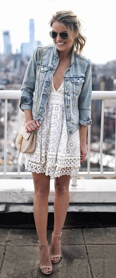 Jeansjacke & Spitzenkleid mit nude Sandalen: großartig! Denim Jacket & White Lace Dress & Nude Sandals