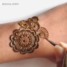 Get Awesome Look with Arabic Mehndi Ideas with Videos Arabic Girls Mehndi designs with Videos For Yr India and Pakistan are at the top of the list in applying their henna patterns, easy mehndi designs Henna Hand Designs, Eid Mehndi Designs, Modern Henna Designs, Mehndi Designs Finger, Indian Henna Designs, Mehndi Designs For Girls, Mehndi Designs For Beginners, Mehndi Design Photos, Mehndi Designs For Fingers