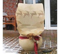 Worek ochronny z włókniny, z nadrukowanymi reniferami, chroni w zimie korony krzewów różanych, rośliny w małych i dużych donicach oraz małe drzewka na zewnątrz, a jednocześnie wygląda bardzo dekoracyjnie. Więcej na http://tetex.pl/oferta,worek-z-wlokniny-pp-50g-renifer-bezowy-brazowy-w-110-x-sz-90-cm-o-ok_-55-cm,4e54457a.html