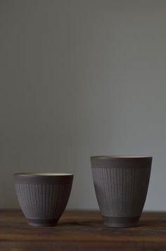 服部竜也 右側:流線ロングカップ 径8cm 高さ8cm 左側:流線カップ  径7.5cm 高さ6.5cm