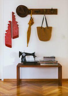 23-decoracao-hall-entrada-banco-ganchos-tabua-madeira