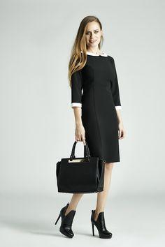 Czarna sukienka i stylowe dodatki to zawsze dobry pomysł - aby przełamać schematy elegancja kreacja zestawiona została z zabudowanymi botkami i dużą torbą. Możesz w takim stroju wybrać się do pracy i do teatru! #QSQ #fashion #inspirations #outfit #ootd #look #fall #autumn #black #bag #heels #highheels #casual #work #elegance #formal #formalwear #dress #minimal #feminine