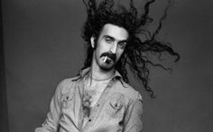 """Com'è nata """"Smoke on the water""""? Frank Zappa è uno dei compositori e strumentisti più interessanti del panorama musicale degli anni Settanta, e non solo. Il suo eclettismo, l'ironia che caratterizza i suoi testi lo rendono unico. Ne #frankzappa #deeppurple #musica"""