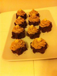 Dolcetti con soffice pan di Spagna e frosting al cioccolato
