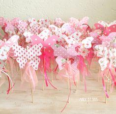 Leuke meisjes traktatie: roze vlinders op een satéprikker met tule en linten
