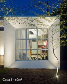 A Box House de 60 m² projetada pelo arquiteto Luiz Henrique Pinto Dias para a Casa Cor Paraná é formada por três módulos: cozinha e estar, home office e dormitório, e sala de banho. A estrutura simples, geométrica, é feita em alvenaria estrutural.