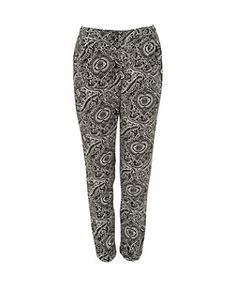 Go paisley crazy for spring with these stop and stare printed trousers! Ultra versatile, theyre great for the office with a crisp white shirt and nude courts, or dressed down for holiday chic with a tube top and flip flops. New Look Fashion, Teen Guy Fashion, Holiday Fashion, Latest Fashion For Women, Fashion Online, Printed Trousers, Wide Leg Trousers, Trousers Women, Crisp White Shirt
