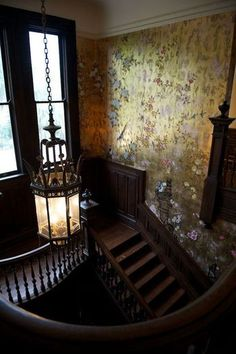 階段壁には屏風を思い起こさせるような、花々と鳥たちが飛び交うウォールペーパーをチョイスして。