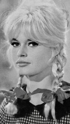 She is so sexy and innocent at the same time. Bardot Bangs, Bardot Hair, Beautiful Celebrities, Beautiful Women, Female Celebrities, Brigitte Bardot Young, Jacques Charrier, Celebrity Stars, Famous Stars