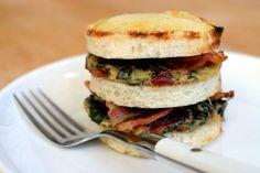 Sandwich met snijbietomelet en bacon