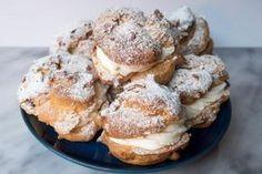 Sneeuwballen, het luchtiger alternatief voor oliebollen Dutch Recipes, Sweet Recipes, Baking Recipes, Cake Recipes, Gourmet Desserts, Cookie Desserts, Sweets Cake, Cupcake Cakes, Cupcakes