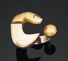 BRUNO MARTINAZZI -   Rare bracelet «metamorfosi» en or blanc et or jaune. 1973 Pièce unique. Sculpté, ciselé par la main de l'artiste et signé Martinazzi. D_6 cm H_7 cm Bibliographie: Le bracelet est reproduit dans plusieurs ouvrages: - « Omaggio a Guariento, l'Oro contemporaneo » Padova, GR20, 2011, page 17. - Francesco de Bartolomeis, Marti - nazzi. Materia e tempo, Sandro M. Rosso, Biella 1977, pages 91-93. - Graziella Folchini Grassetto (a cura di), Gioielli e Legature. Artisti del XX…