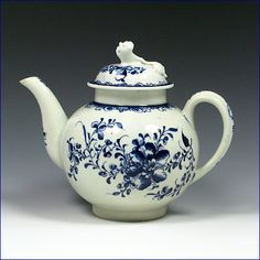Lowestoft teapot with flower knop, painted with de Mansfield pattern. C. 1775-80