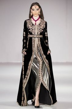 See all the Collection photos from Rafinity Autumn/Winter 2018 Ready-To-Wear now on British Vogue Arab Fashion, Mod Fashion, Sporty Fashion, Fashion Women, Modesty Fashion, Fashion Dresses, New Hijab Style, London Fashion Week 2018, Kaftan Moroccan