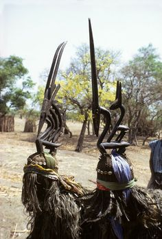 Bamana masqueraders with chi wara (antelope) headdresses Bamako, Mali Photograph by Eliot Elisofon, 1971 - African Cosmos: Stellar Arts / The sun at which one cannot stare Out Of Africa, West Africa, African Pottery, Statues, Afrique Art, African Sculptures, Art Populaire, Art Premier, Masks Art