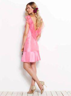 Este vestido de seda con la espalda al aire vestirá tus ocasiones más emocionantes. --- This open-backed silk dress will be as thrilling as the occasion!